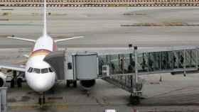 Un avión de Iberia, del grupo IAG, en carga de pasajeros.