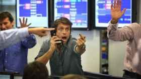 Varios brókeres con gesto de entusiamo.
