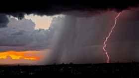 rayo_rojo_caida_tormenta