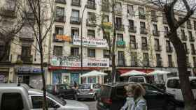 Pancartas anti desahucios en la calle Argumosa, en Lavapiés (Madrid)