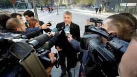Agustín Martínez atiende a los medios a las puertas de los juzgados en Pamplona