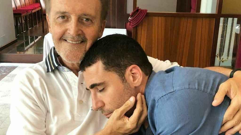 Miguel Ángel junto a su padre.
