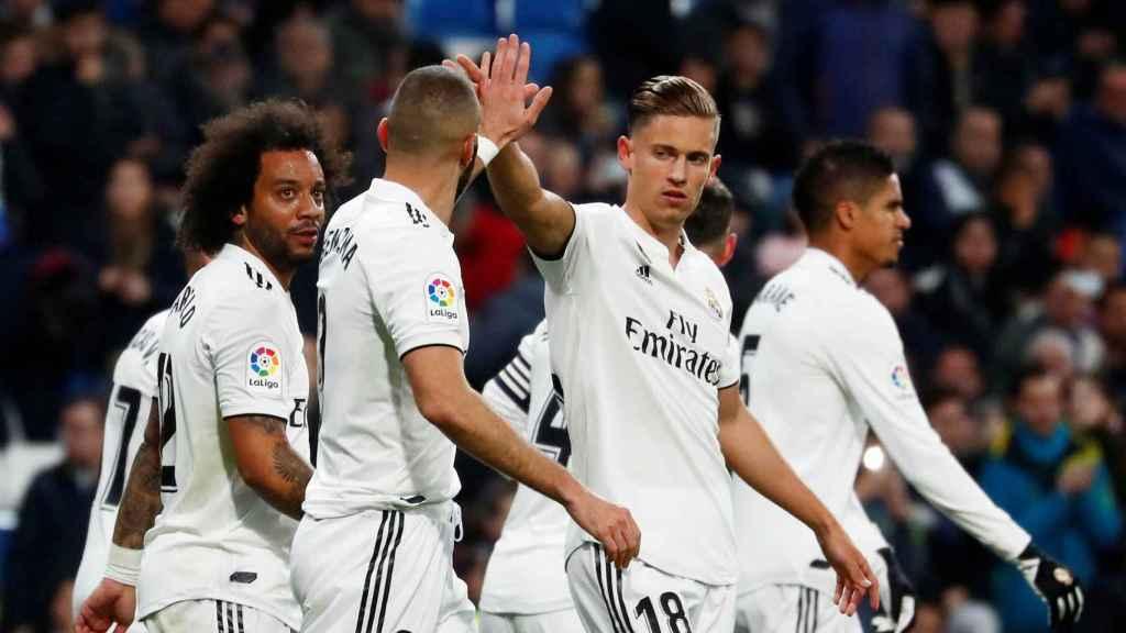 Benzema celebra con sus compañeros su gol al Rayo Vallecano