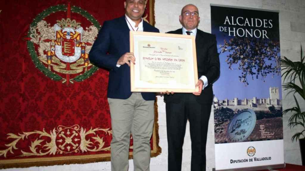 Ronaldo con el diploma en el acto del Alcaide del Museo del Vino de Peñafiel