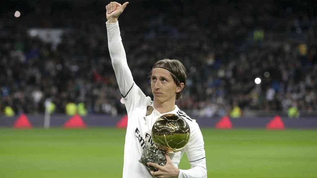 Luka Modric ofrece el Balón de Oro 2018 al Santiago Bernabéu
