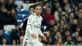 Luka Modric rodeado de jugadores del Rayo Vallecano durante el partido