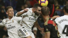 Dani Carvajal intenta un remate ante varios jugadores del Rayo Vallecano