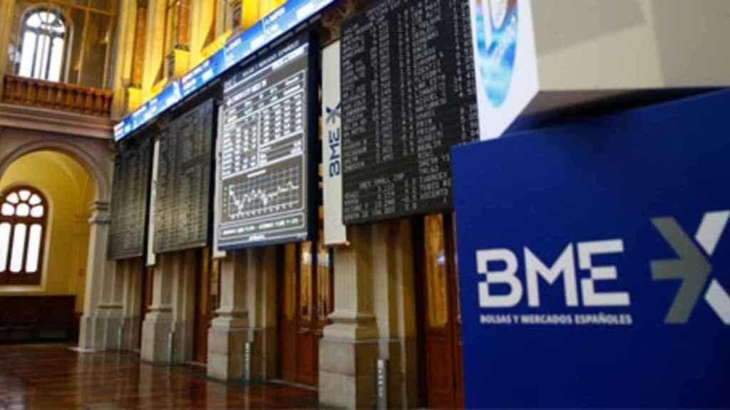 Un rótulo de BME en el parqué de la Bolsa de Madrid.