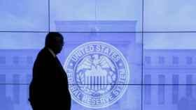 Un empleado pasea por las dependencias de la Reserva Federal de EEUU.