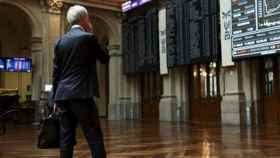 Un inversor observa pantallas de negociación bursátil.