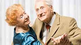 Una pareja de jubilados bailando.