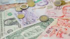 Monedas y billetes de diferentes divisas.