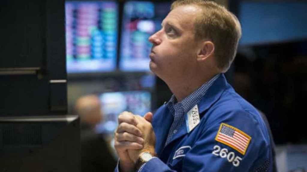 Un bróker con gesto de esperanza en la Bolsa de Nueva York.