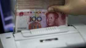 El dólar vuela hasta los 6,718 yuanes, su cambio más alto contra la moneda china desde agosto