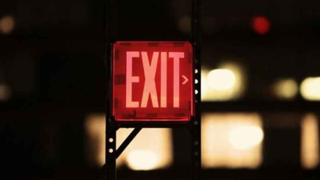 Un luminoso indica la ubicación de una salida de emergencia.