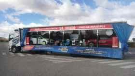 Uno de los camiones de La Gordacon el escaparate de premios en juego