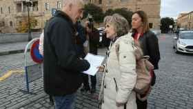 La ministra de Sanidad, María Luisa Carcedo, conversa con Javier Paz, víctima de abusos sexuales