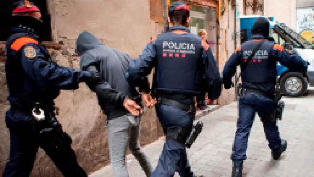 Los Mossos d'Esquadra en una operación contra los narcopisos del Raval, gestionados por dominicanos