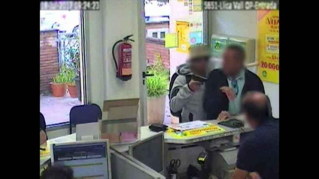 Ladrones chilenos robando en la oficina de Correos de Lliçà de Vall (Barcelona)