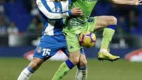 Joaquín y David López pelean por un balón