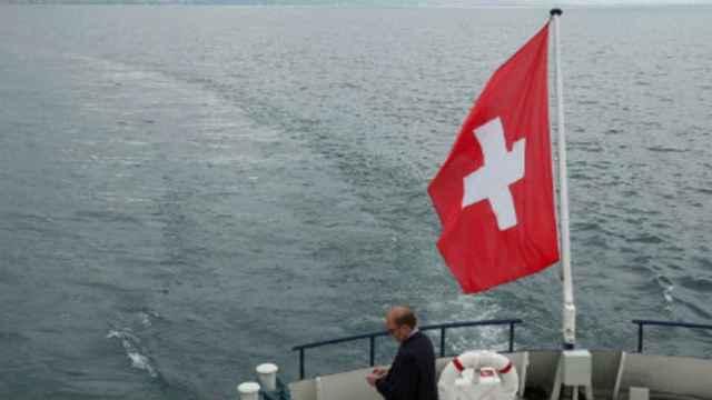 Una bandera de Suiza en un barco.