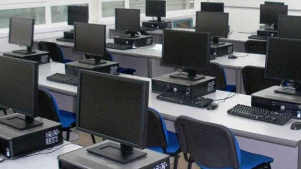 Una oficina vacía con decenas de ordenadores.
