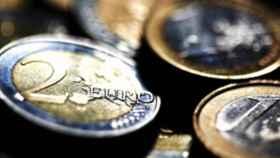 La menor expectativa de ajustes en el BCE pone fin a la escalada del euro, que pierde los 1,17 dólares