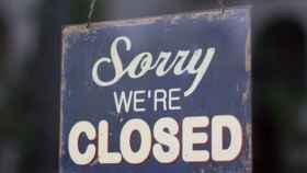 Imagen de archivo del cartel de un local en el que se lee 'cerrado'.