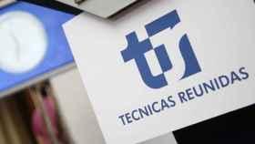 Un rótulo con el logotipo de Técnicas Reunidas.