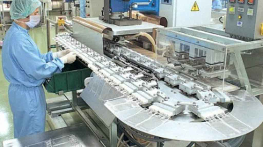 Un trabajador en los laboratorios de Grifols.
