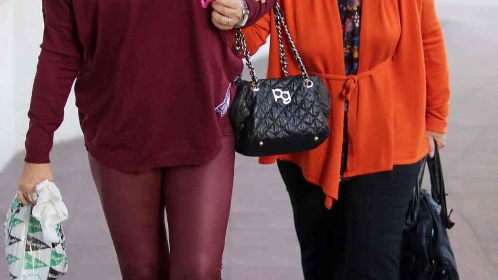 Terelu y María Teresa Campos saliendo de una revisión