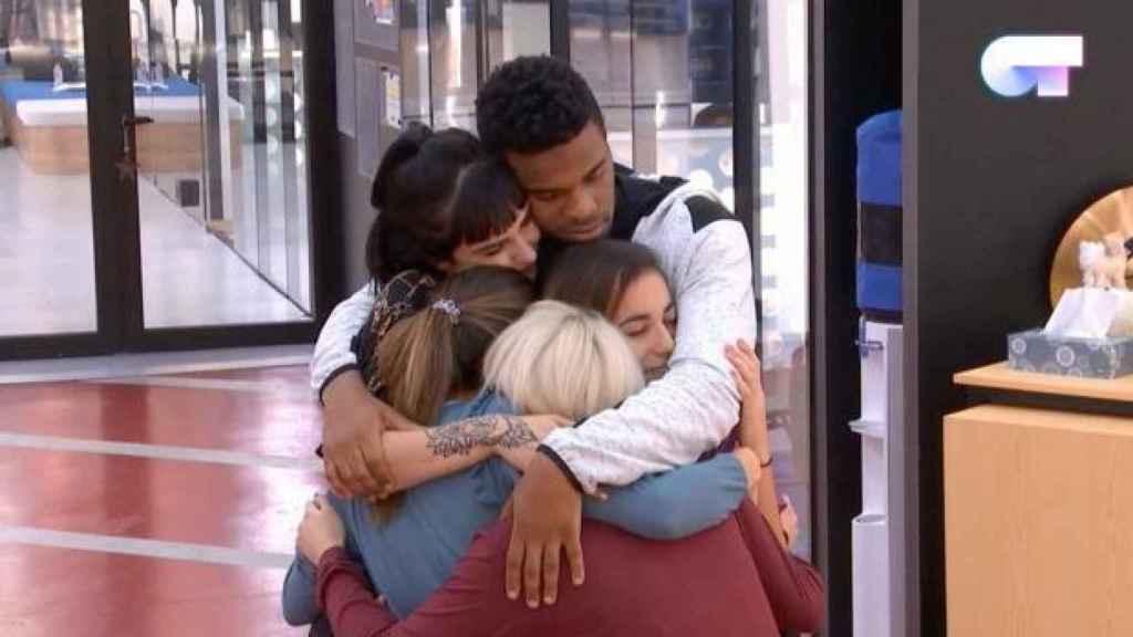Abrazo de los compañeros.