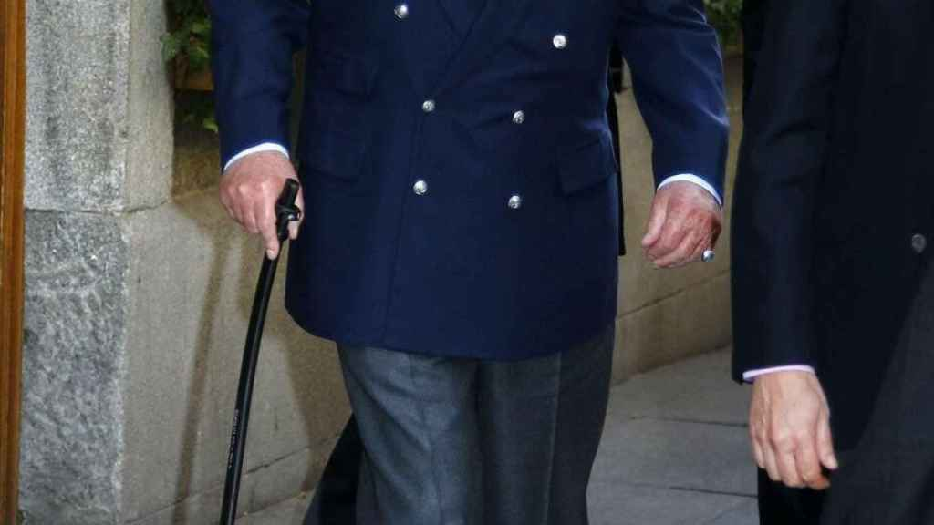El rey Juan Carlos a la salida del restaurante.