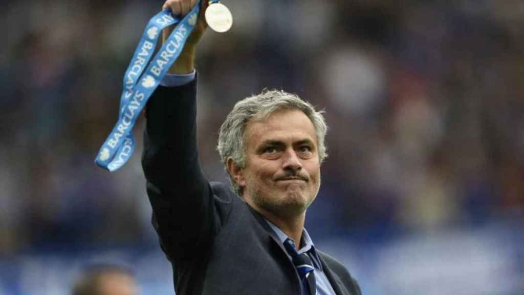 Mourinho con la medalla de campeón de la Premier