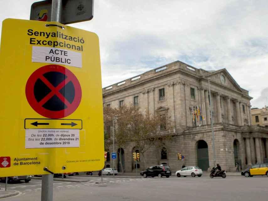Señal de tráfico colocada en las inmediaciones de la sede del Consejo de Ministros.