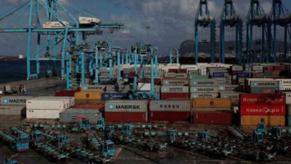 Imagen de contenedores de descarga en un puerto.