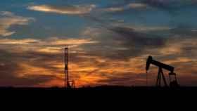 Petróleo cae en la semana por China, inventarios y fondos