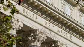 Detalle de la fachada en el Palacio de la Bolsa de Madrid.