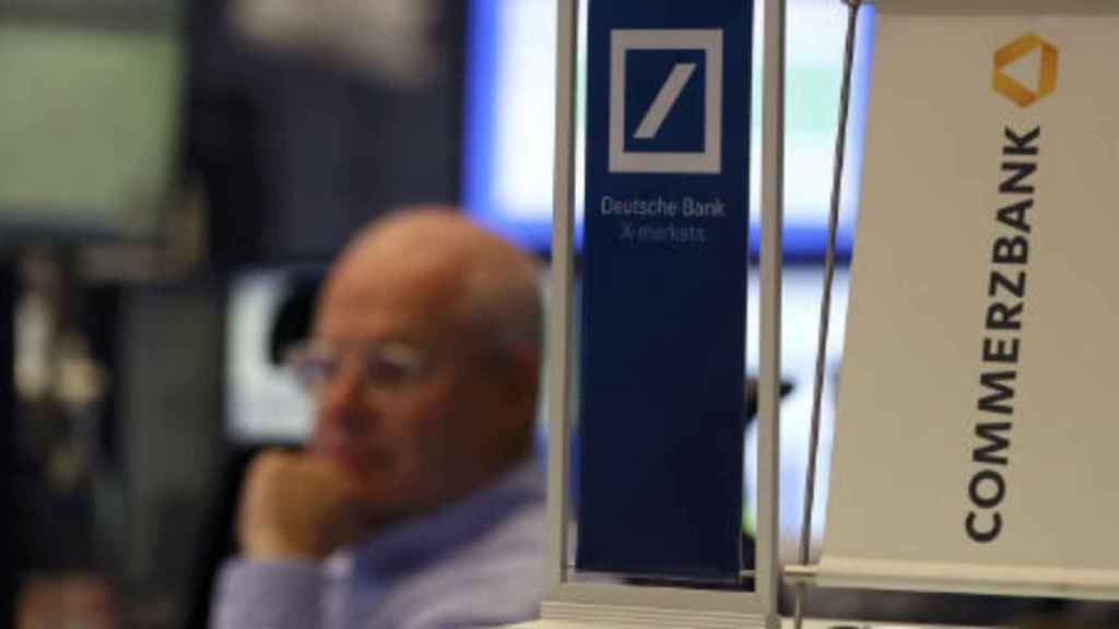 S&P revisa un escalón al alza los ratings de Deutsche Bank y Commerzbank, hasta A-