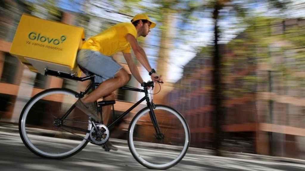 Rider de Glovo entregando un pedido en Barcelona, en una imagen de archivo.