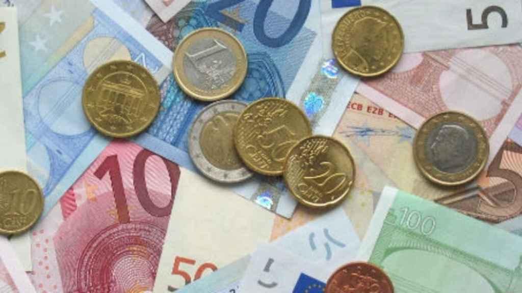 Monedas y billetes de euro de diferente denominación.