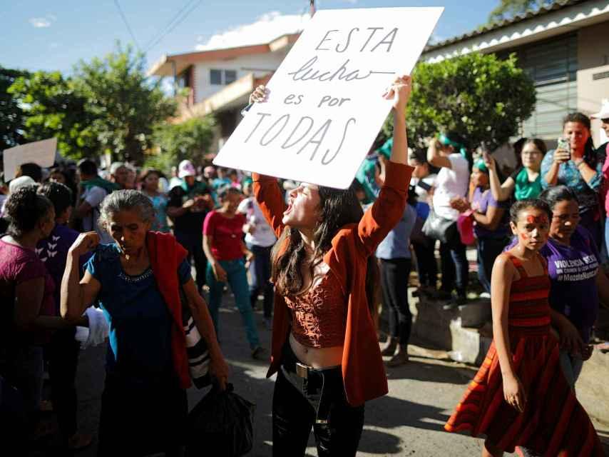 Manifestantes en apoyo de Imelda Cortez a la salida del juzgado.