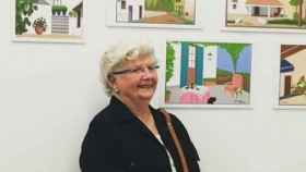 Concha posa delante de algunas de sus obras