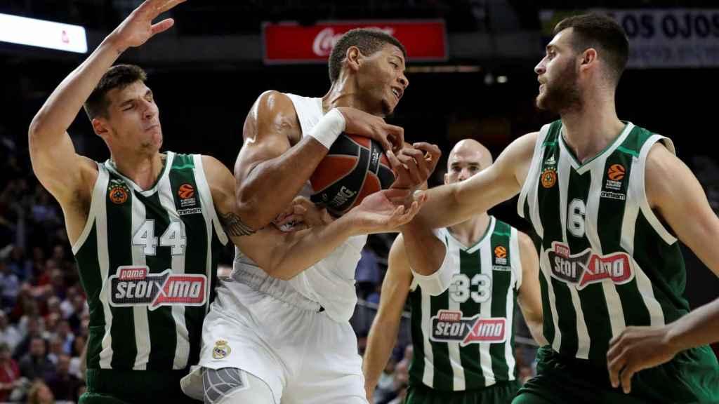 Tavares protege el balón ante la defensa del Panathinaikos