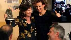La vicepresidenta, Carmen Calvo, con la portavoz del PP, Dolors Montserrat, durante la entrega de premios.