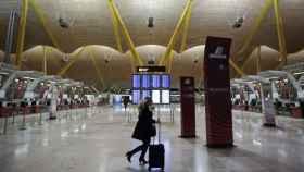 Pasajera en el aeropuerto de Barajas.