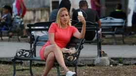 Una mujer navega por Internet en un punto habilitado en La Habana