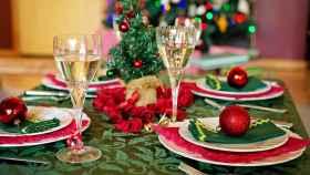Una mesa con decoración navideña
