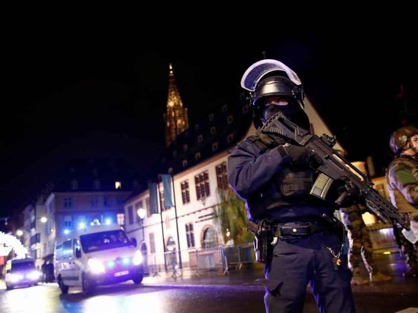 Las fuerzas de seguridad francesas patrullan Estrasburgo tras el ataque de la semana pasada