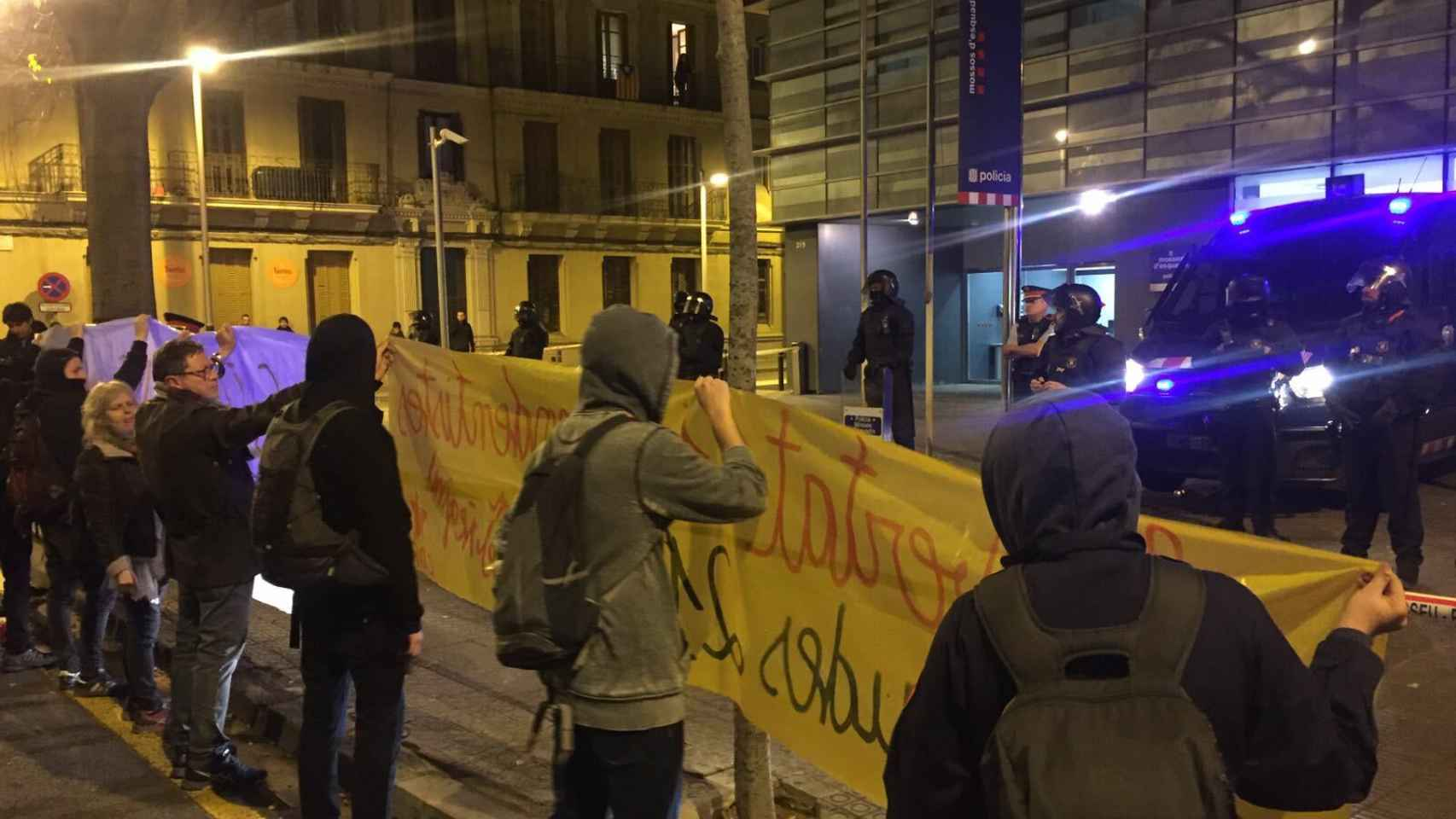 Manifestantes frente a la comisaría de Les Corts.